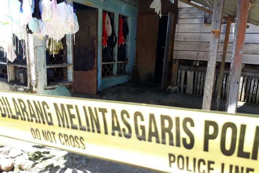 Densus 88 Mabes Polri melakukan penggeledahan di sebuah rumah di Kelurahan Kalumbuk, Kecamatan Kuranji, Kota Padang, Senin (13/8). Densus 88 mengamankan satu orang, yakni W yang merupakan kawan pengontrak rumah.