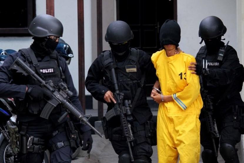 Densus 88 membawa terduga teroris ke Mabes Polri, Jakarta