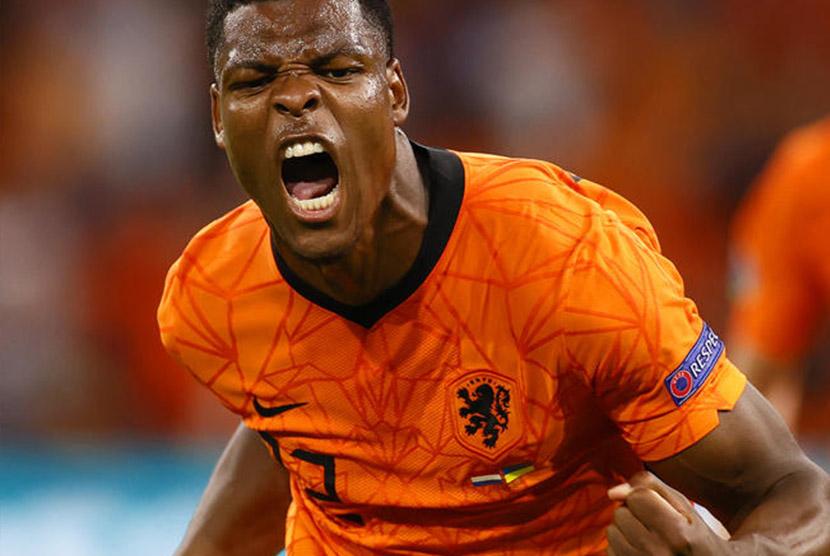 Denzel Dumfries dinobatkan sebagai pemain terbaik atau star of the match laga Belanda vs Ukraina di Euro 2020.