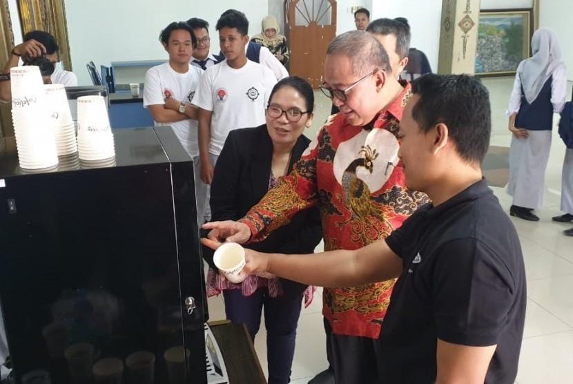 Deputi Bidang Pemberdayaan Pemuda Asdep Kreativitas Pemuda Djunaedi (baju batik).