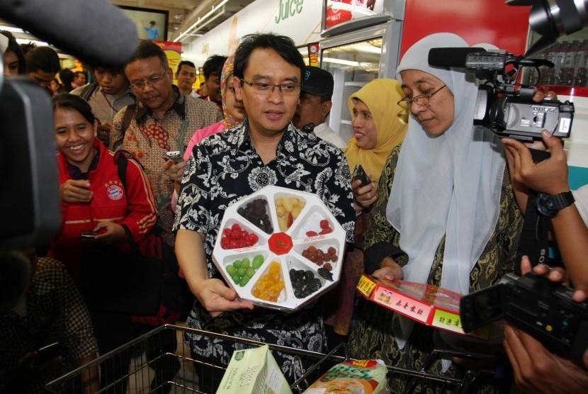 Deputi Bidang Pengawasan Keamanan Pangan dan Bahan Berbahaya Badan POM Roy Sparinga (tengah) , menunjukkan makanan yang mengandung zat berbahaya ketika sidak ke supermarket di Kawasan Harmoni, Jakarta Pusat, Rabu (24/7). Dalam sidak makanan ke berbagai sup
