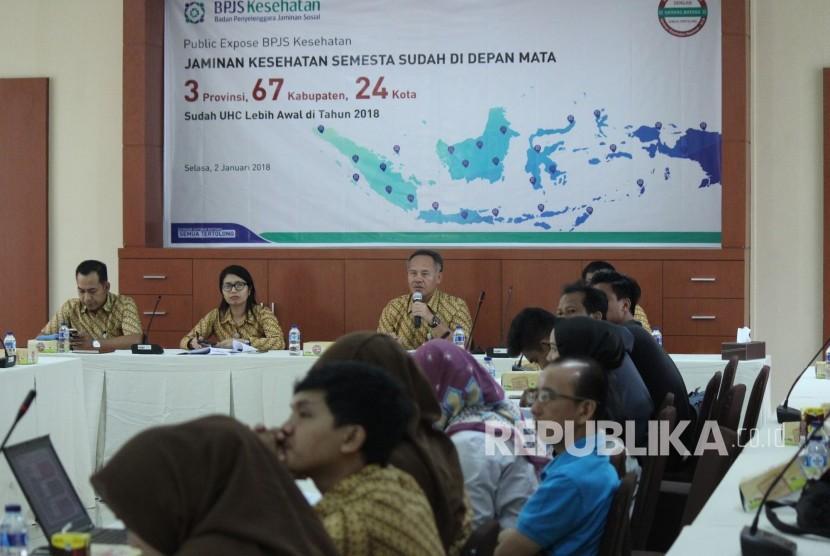 Deputi Direksi BPJS Kesehatan Wilayah Jabar Mohammad Edison menyampaikan paparannya pada acara Publik Expose BPJS Kesehatan bertajuk Jaminan Kesehatan Semesta Sudah Di Depan Mata di Kantor BPJS Jawa Barat, Kota Bandung, Selasa (2/1).