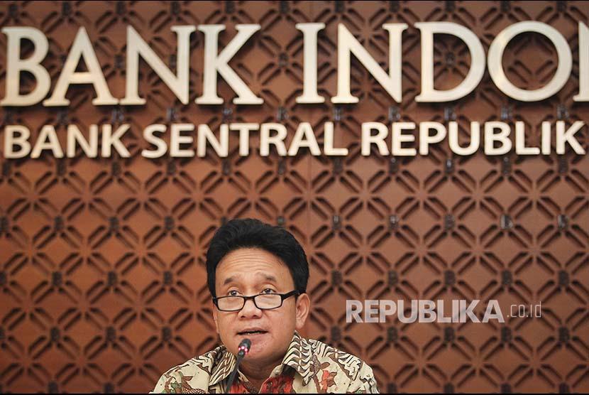 Deputi Gubernur Senior Bank Indonesia (BI) Mirza Adityaswara menyampaikan keterangan pers di gedung BI, Jakarta, Selasa (23/10). Rapat Dewan Gubernur (RDG) BI memutuskan mempertahankan BI 7-day Reverse Repo Rate (BI7DRR) sebesar 5,75%, suku bunga Deposit Facility 5,00%, dan suku bunga Lending Facility 6,50%.