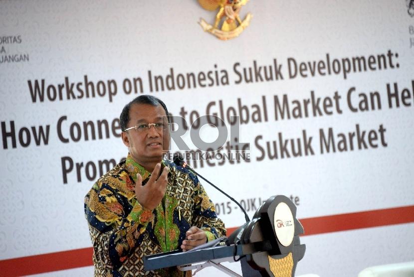 Deputi Komisioner Pengawas Pasar Modal OJK Sardjito memberikan materi persentasi saat acara Workshop bertemakan pengembangan pasar sukuk domestik melalui pasar global di Jakarta, Rabu (20/5).