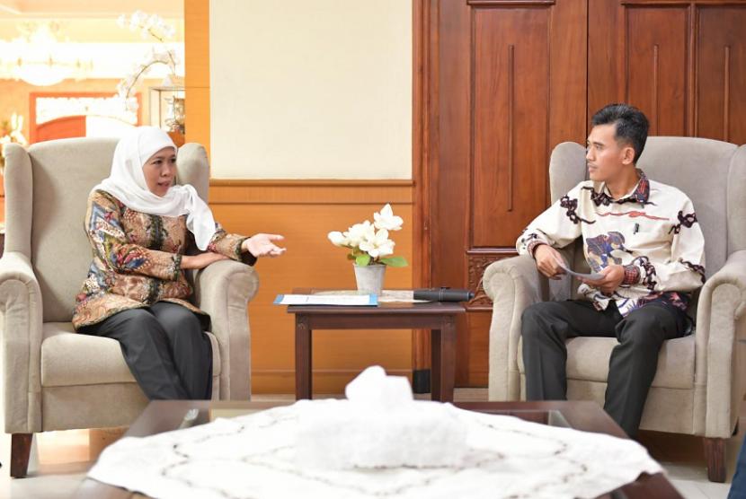 Deputi Pengembangan Pemuda Kemenpora Asrorun Ni'am Sholeh bertemu Gubernur Jawa Timur (Jatim) Khofifah Indar Parawansa di Kantor Badan Penghubung Provinsi Jawa Timur di Jalan Pasuruan, Menteng, Jakarta Pusat, Kamis (16/5).