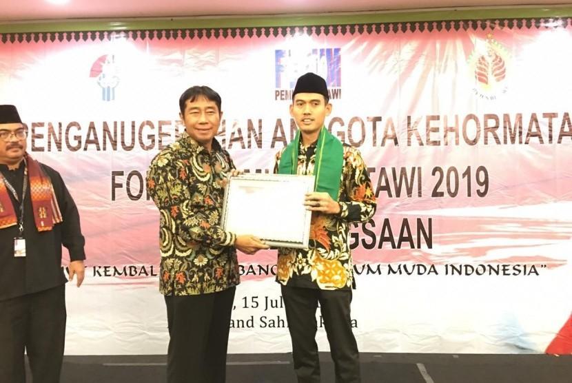 Deputi Pengembangan Pemuda Kementerian Pemuda dan Olahraga, Asrorun Ni'am Sholeh mendapat Anugerah Anggota Kehormatan Forum Pemuda Betawi (FPB) 2019 di Hotel Grand Sahid, Senin (15/7).