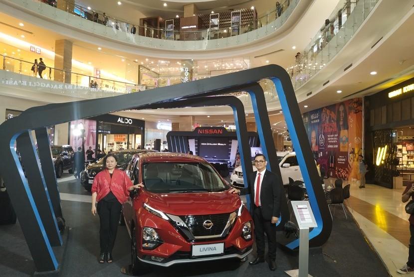 Deputy Director Marketing PT Nissan Motor Indonesia, Sooyeon Joo (kiri) saat memperkenalkan All New Nissan Livina di Yogyakarta, Kamis (14/3).