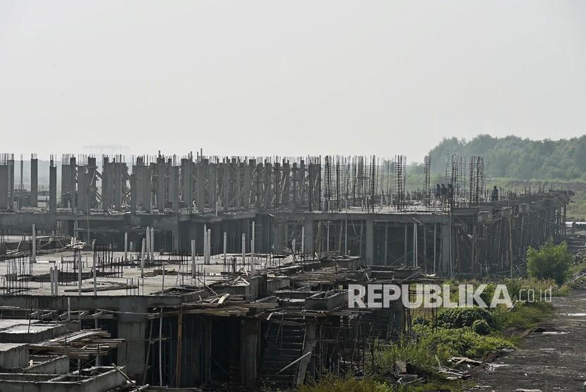 Deretan bangunan yang berada di kawasan Pulau D hasil reklamasi, di kawasan pesisir Jakarta, Senin (17/6/2019).