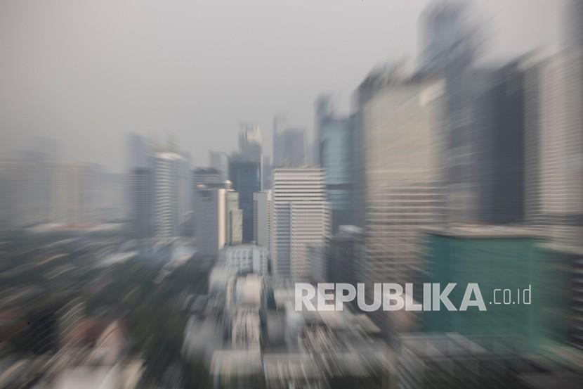 Deretan gedung bertingkat di Jakarta, Rabu (19/5/2021). Berdasarkan hasil riset perusahaan konsultan Verisk Maplecroft, DKI Jakarta menduduki urutan pertama di dunia sebagai kota paling rentan terhadap risiko lingkungan yang dinilai dari kualitas udara dan air, tekanan panas, kelangkaan air, kerentanan terhadap perubahan iklim dan eksposur lanskap, populasi, ekonomi serta infrastruktur terhadap bahaya alam.