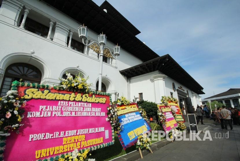 Deretan karangan bunga ucapan selamat kepada (Pj) Gubernur Jawa Barat Komjen Pol M Iriawan terpasang di halaman Gedung Sate, Kota Bandung, Kamis (21/6).