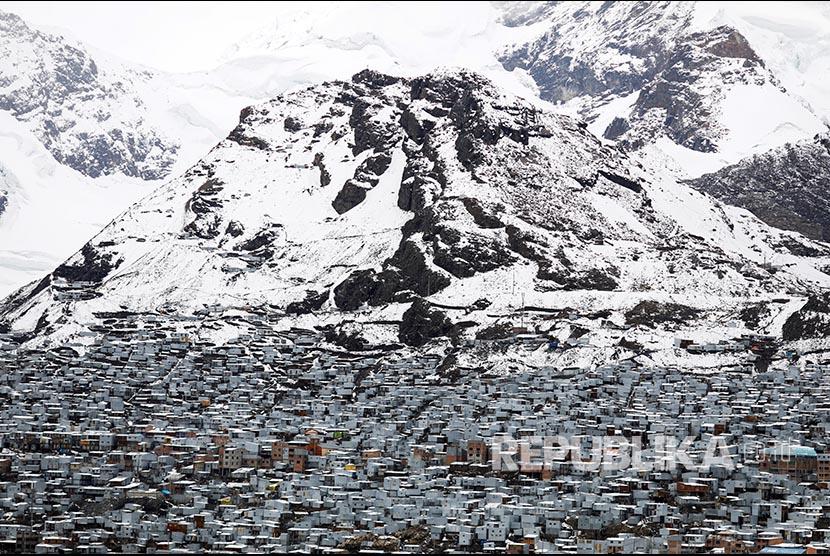 Deretan pemukiman berdinding seng di ketinggian kota La Rinconada, Pegunungan Andes, Peru.