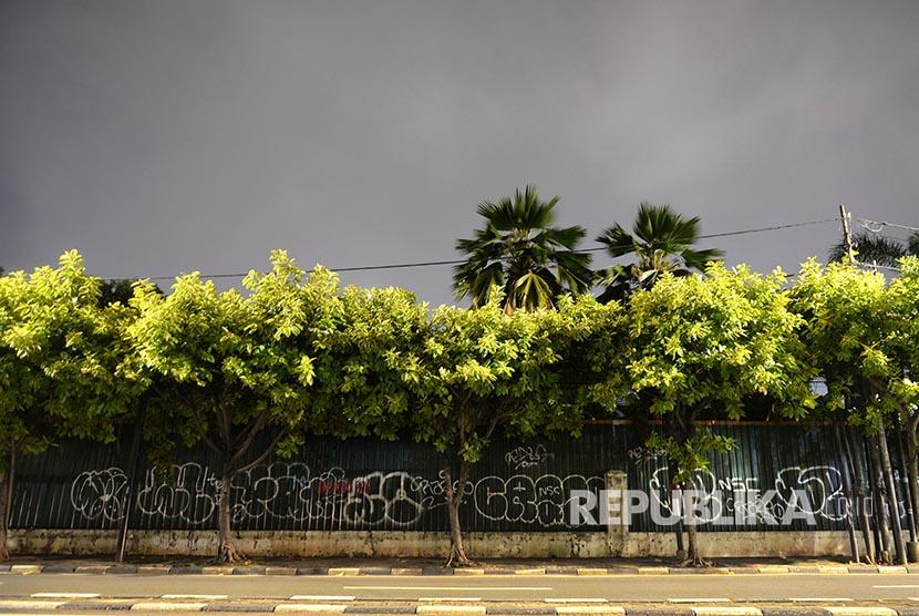 Deretan pohon di trotoar kawasan Menteng