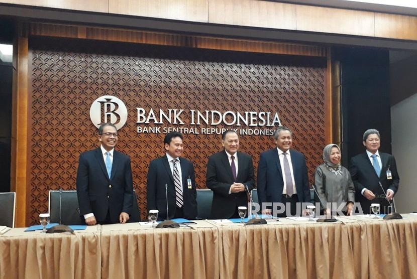 Dewan Gubernur Bank Indonesia melaksanakan konferensi pers hasil Rapat Dewan Gubernur (RDG) pada 14-15 Februari 2018, di Gedung Bank Indonesia, Jakarta, Kamis (15/2).
