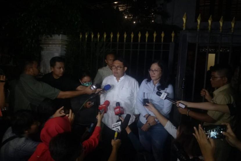 Dewan Pengarah Badan Pemenangan Nasional (BPN) Fadli Zon memberikan keterangan pers di kediaman calon presiden nomor urut 02 Prabowo Subianto, Jalan Kertanegara, Jakarta Selatan, Selasa (16/4).