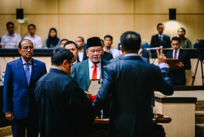 Dewan Pimpinan Daerah (DPD) RI melaksanakan sidang paripurna ke-8 dengan agenda melantik anggota Pengganti Antar Waktu (PAW). Anggota PAW DPD RI tersebut yaitu Matheus Stefi Pasimanjeku menggantikan Almarhum Chaidir Djafar asal Maluku Utara.