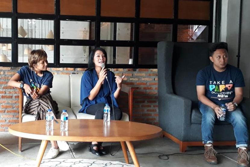Dewi Dee Lestari (tengah).