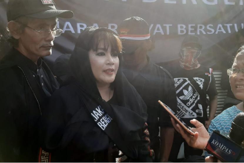 Dewi Tanjung saat aksi Anti-Anies di Patung Kuda, Jakarta.