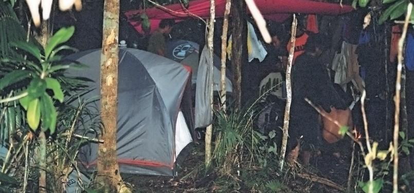 Di antara pepohonan di dataran sempit, tenda dan flysheet didirikan. Walau terlihat sesak namun cukup untuk melewati malam.
