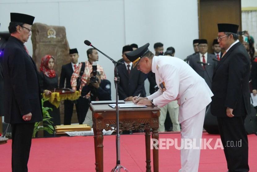 Di hadapan Mendagri Tjahjo Kumolo (kiri) dan Gubernur Jawa Barat Masa Jabarat 2013-2018 Ahmad Heryawan, Komjen Pol Mochamad Iriawan menandatangani jabatan Penjabat Gubernur Jawa Barat, di Gedung Merdeka, Kota Bandung, Senin (18/6).