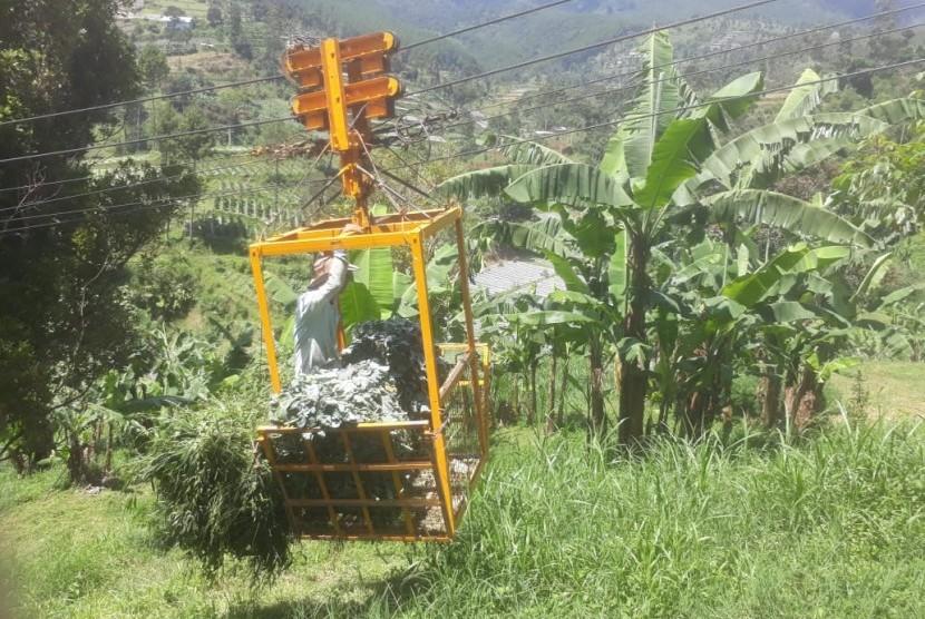 Di Kampung Gandok, Desa Suntenjaya, Kabupaten Bandung Barat, para petani mempunyai fasilitas umum kereta gantung gondola untuk menarik hasil pertanian sayuran yang berada di bukit Kereta di wilayah Perhutani, Jumat (29/3).