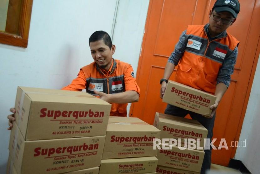 Di Kantor Rumah Zakat relawan mempersiapkan kornet dan rendang superkurban untuk disalurkan ke lokasi bencana di wilayah Lombok, Bali dan Sumbawa.