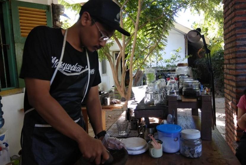 Di Kedai Kopi Tarto di Bantul, Yogyakarta, biji kopi diulek untuk mendapatkan sensasi berbeda.