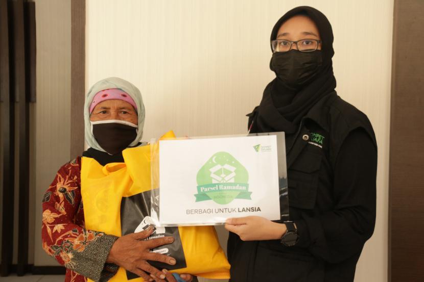 Di penghujung Ramadhan menjelang Hari Raya Idul Fitri, LKC (Layanan Kesehatan Cuma-Cuma) Dompet Dhuafa mengadakan kegiatan berbagi Parsel Ramadhan bagi pasien member yang masuk dalam kategori Lansia (Lanjut Usia) di Wilayah Bogor, Ciputat dan Tangerang, pada Selasa, (11/5).