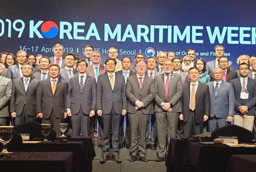 Di sela pertemuan Asia Pacific Heads of Maritime Safety Agencies (APHoMSA) yang ke 20, Pemerintah Korea menyelenggarakan acara Korea Maritime Week yang dibuka oleh Associate Director, Ministry of Oceans and Fisheries, Shin Bum Jun, dan sesi congratulatory remarks oleh CEO of Australia Maritime Safety/Authority  Mick Kinley hari ini di Lotte Hotel Seoul Korea (15/4).