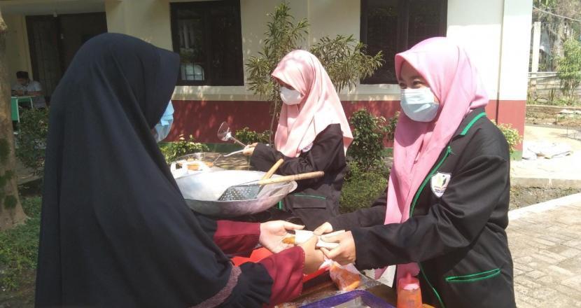 Di sela waktu libur sekolah, sejumlah siswa Sekolah Cendekia BAZNAS (SCB) memilih berjualan makanan siap saji di sekitar sekolah. Mereka dengan penuh semangat melayani para pembeli.