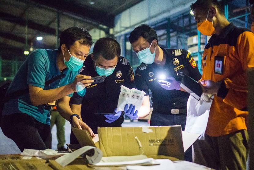 Di tengah lonjakan kasus Covid-19 yang saat ini terjadi di Indonesia, semakin banyak barang yang dibutuhkan dalam rangka penanganan pandemi. Oleh karena itu, untuk memperlancar arus barang impor atas barang-barang tersebut, Kementerian Keuangan melalui Bea Cukai memberikan tambahan komoditas yang diberikan relaksasi dan kemudahan yang diatur dalam Peraturan Menteri Keuangan nomor 92/PMK.04/2021.