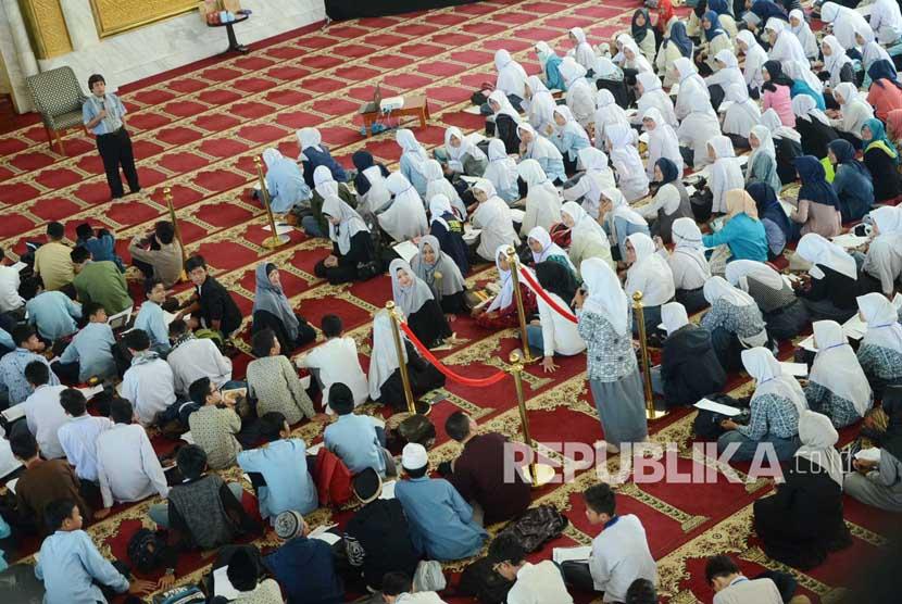 Dialog peserta denga, pemateri pada kegiatan keagamaan di Masjid Agung Trans Studio Bandung, Selasa (7/6). (Republika/Edi Yusuf)