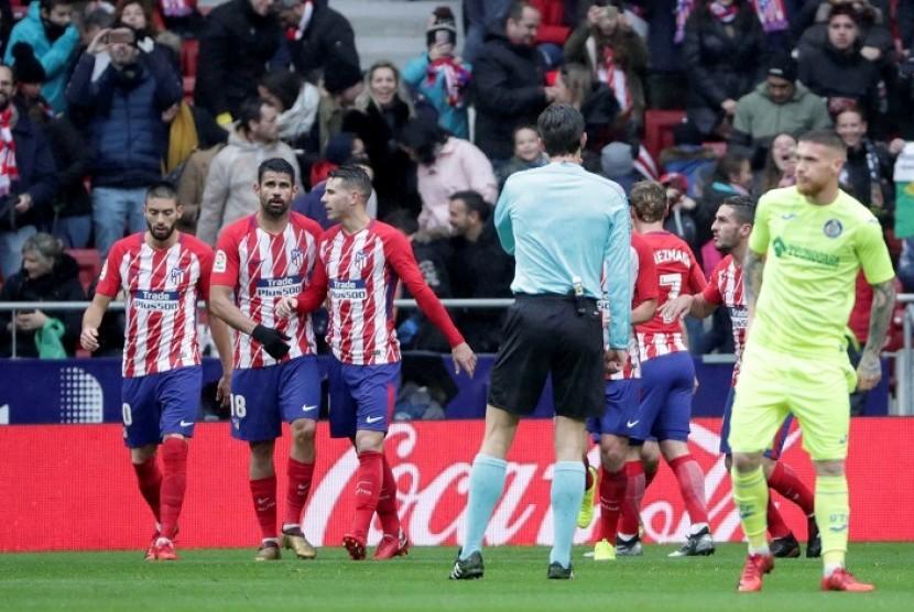 Diego Costa (kedua kiri) merayakan golnya bersama Getafe dengan rekan-rekannya dalam pertandingan La Liga di Wanda Metropolitano, Sabtu (6/1). Atletico menang 2-0.