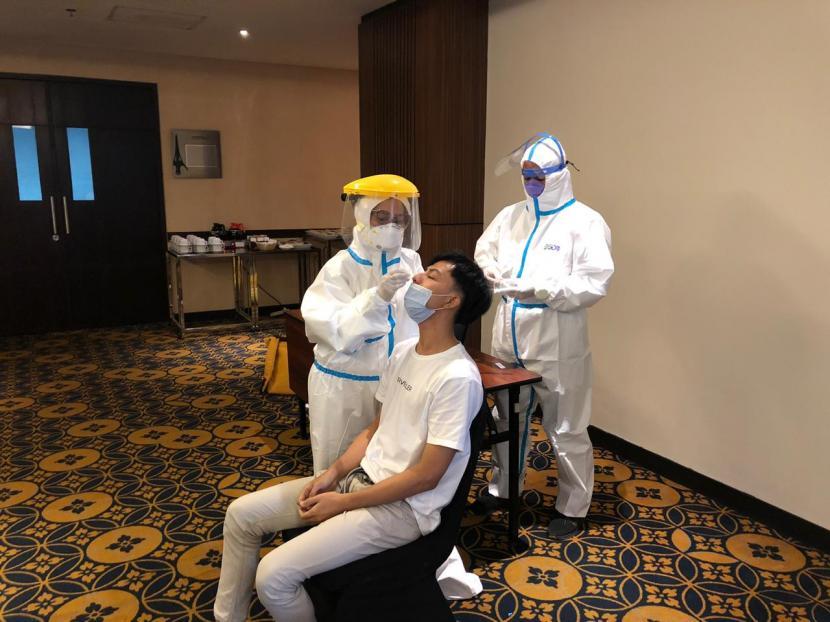 Dinas Kebudayaan dan Pariwisata Kota Bandung, Jawa Barat melakukan rapid tes antigen kepada pengunjung di sejumlah hotel di Kota Bandung, Sabtu (26/12) dan Ahad (27/12).