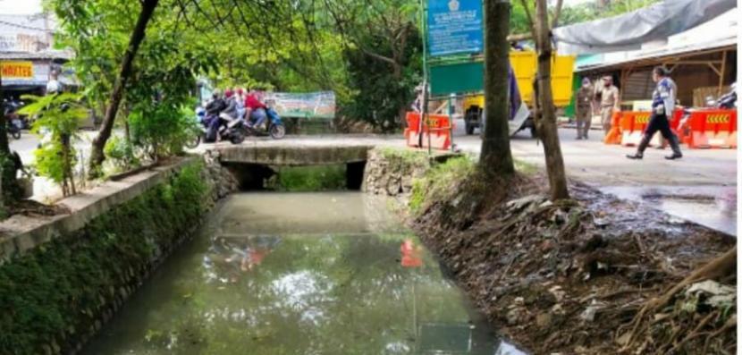 Dinas Pekerjaan Umum dan Penataan Ruang (PUPR) Kota Tangerang membangun saluran drainase untuk mencegah banjir pada musim hujan.