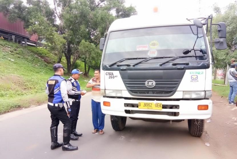 Dinas Perhubungan Kota Bekasi menilang truk bertonase lebih dari delapan ton yang hendak masuk ke Kalimalang, Selasa (4/12).