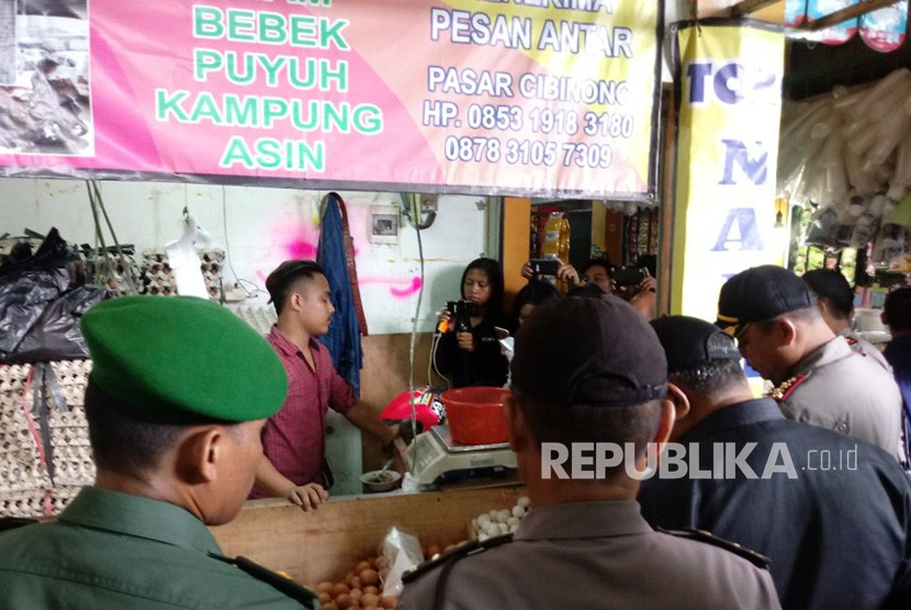 Dinas Perindustrian dan Perdagangan Kabupaten Bogor bersama jajaran Polres Bogor memeriksa stok dan harga bahan pangan di Pasar Cibinong, Bogor, Selasa (19/12).