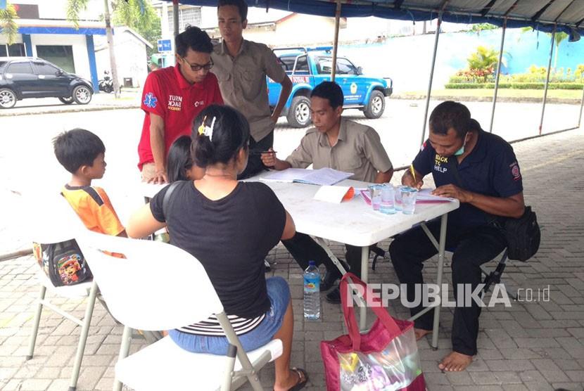 Dinas Sosial NTB mendirikan posko pendataan pengungsi erupsi Gunung Agung di Pelabuhan Lembar, Kabupaten Lombok Barat, NTB.