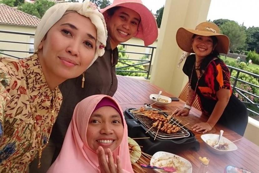 Dini Kusmana Massabuau (paling kanan), bersama teman-teman di Prancis.