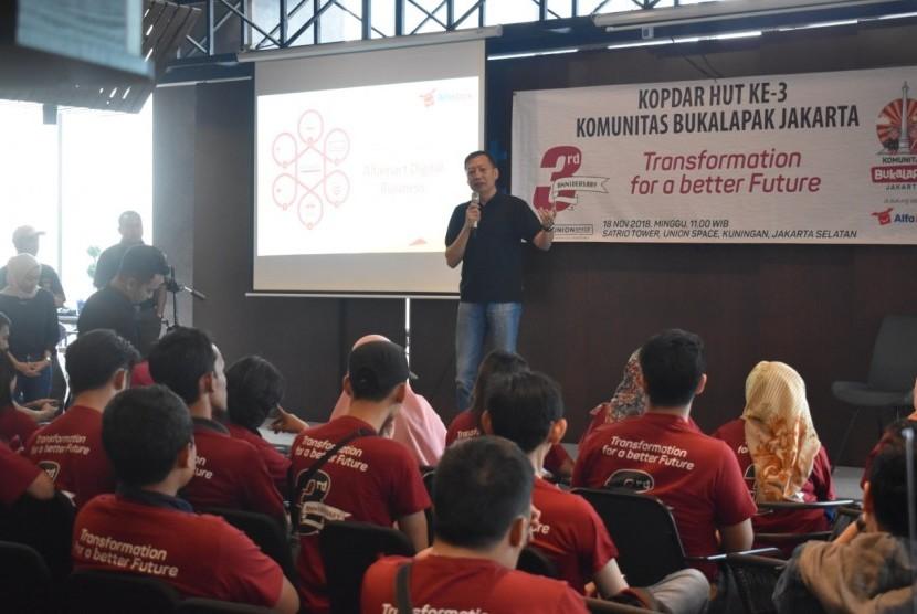 Director of International Business and Technology Alfamart, Bambang Setjawan Djojo, memberikan paparan pada Kopdar HUT Ke-3 Komunitas Bukalapak Jakarta, di Kuningan, Jakarta, Ahad (18/11).