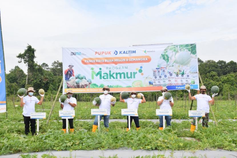 Direksi Pupuk Kaltim melakukan panen raya di Desa Sebuntal, Kecamatan Marangkayu, Kabupaten Kutai Kartanegara, Kalimantan Timur, Selasa (26/10).