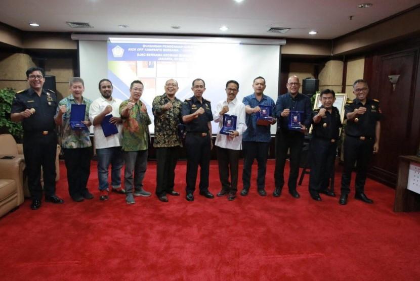 Direktorat Jenderal Bea dan Cukai memulai kampanye bersama penindakan rokok ilegal bertajuk 'Gempur Rokok Ilegal'.