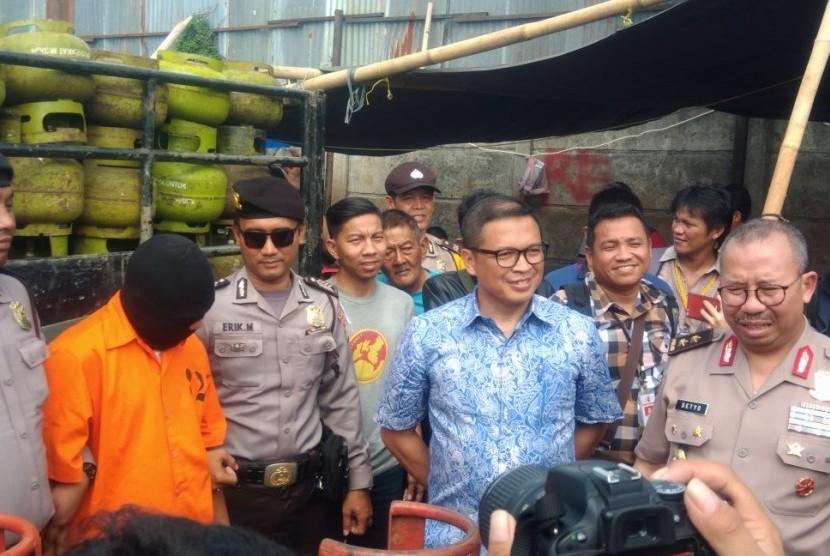 Direktorat Tindak Pidana Ekonomi Khusus Badan Reserse Kriminal Polri mengungkap tindak pidana penyimpangan distribusi tabung gas tiga kilogram di Kavling DPR Blok C Kelurahan Nerogtog, Pinang, Jumat (12/1).