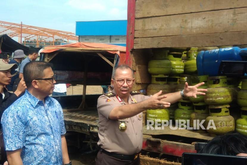 Direktorat Tindak Pidana Ekonomi Khusus Badan Reserse Kriminal Polri mengungkap tindak pidana penyimpangan distribusi tabung gas tigakilogramdi Kavling DPR Blok C KelurahanNerogtog, Pinang. Foto Jumat (12/1).
