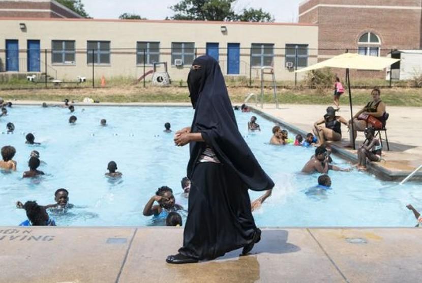 Direktur Akademi Darul-Amaanah Tahsiyn Ismaa'eel memperhatikan muridnya yang berenang di kolam renang Dr Foster M Brown Pool di Wilmington, Delaware, AS, 12 Juli 2018.