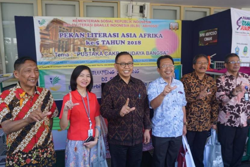Direktur Diplomasi Publik Kementerian Luar Negeri Azis Nurwahyudi (ketiga dari kiri) bersama antara lain Kepala Museum Konferensi Asia Afrika Meinarti Fauzie (kedua dari kiri) saat pembukaan Pekan Literasi Asia Afrika (PLAA) kelima tahun 2018 di Museum Konferensi Asia Afrika, Bandung, Jumat (7/9).