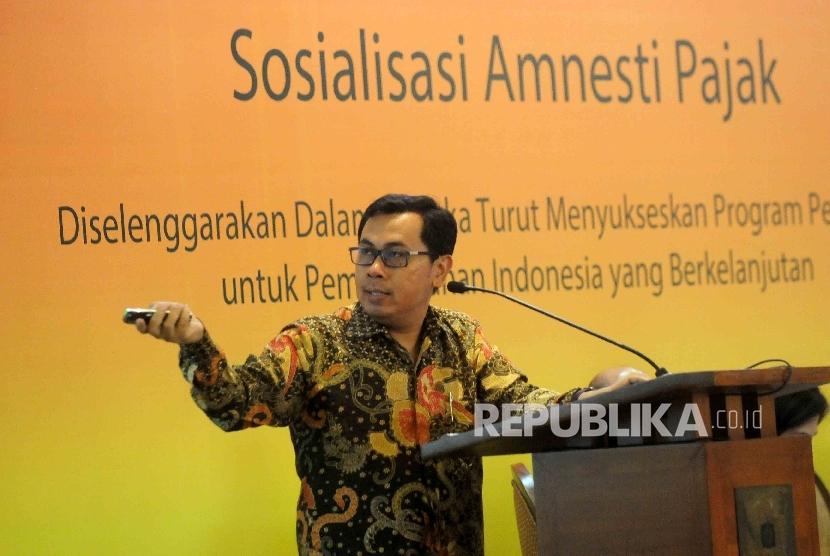 Direktur Eksekutif Center for Indonesia Taxation Analysis, Yustinus Prastowo memberikan paparannya saat sosialisatsi pengampunan pajak di Jakarta, Rabu (3/8).