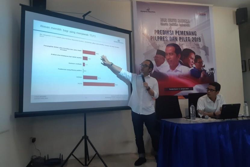 Direktur Eksekutif Charta Politika, Yunarto Wijaya memberikan penjelasan survei predikai pemenang Pilpres dan Pileg 2019 di kantor Charta Politika, Jakarta, Sabtu (13/4).