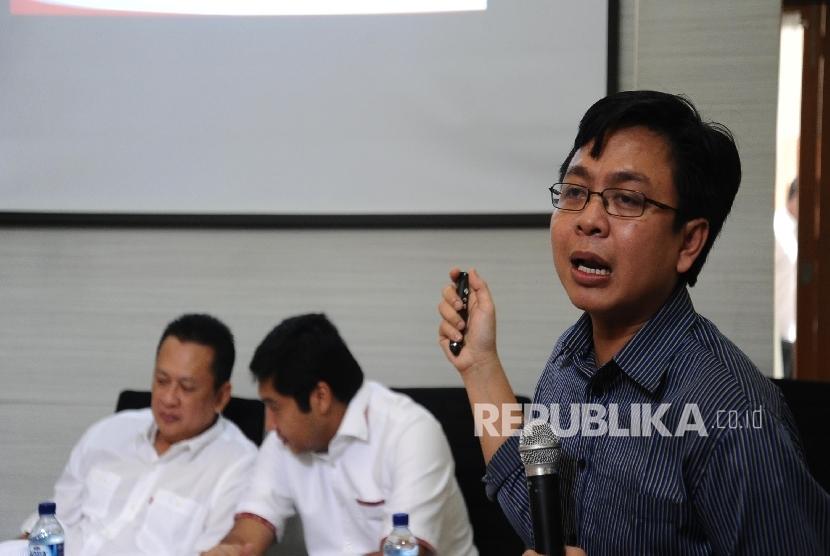 Direktur Eksekutif Indikator Politik Indonesia Burhanuddin Muhtadi (kanan)