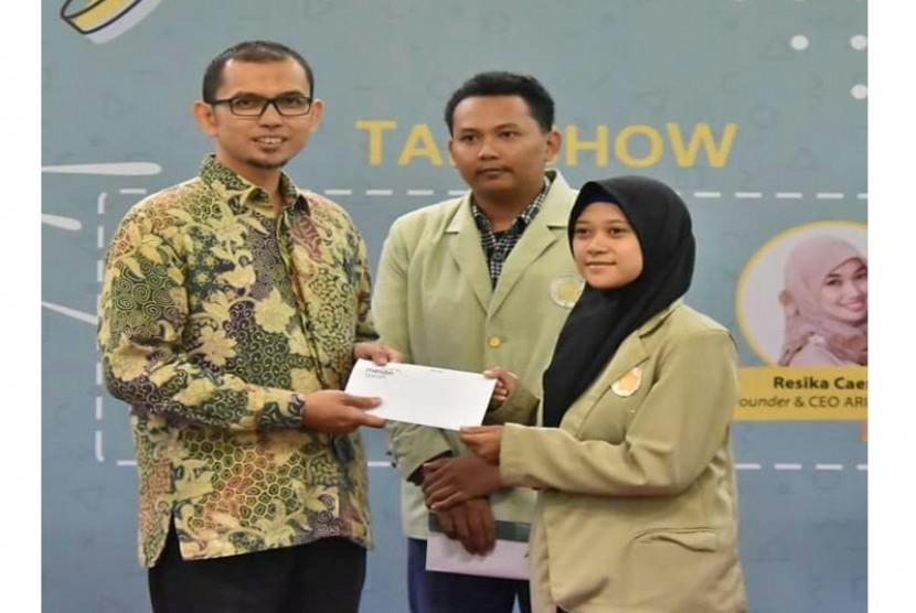 Direktur Eksekutif Laz BSM Umat Rizqi Okto Priansyah saat memberikan bantuan secara simbolis kepada mahasiswa UGM, di Yogyakarta, Selasa (6/2/2018).