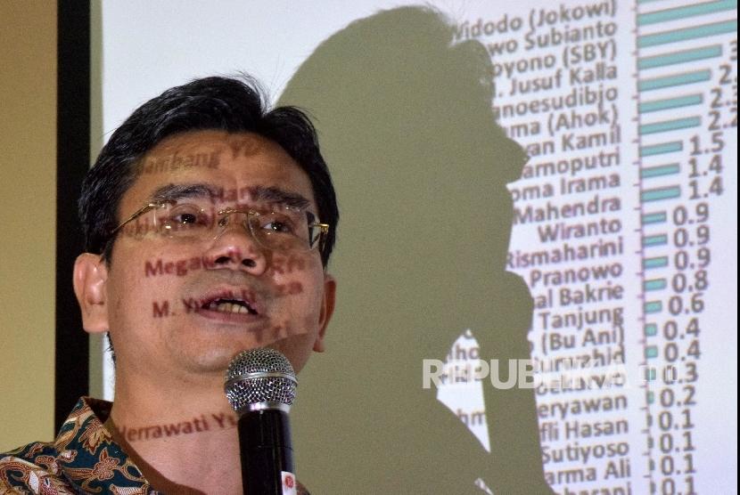 Direktur Eksekutif Saiful Mujani Research and Consulting (SMRC) Djayadi Hanan,memaparkan hasil survei nasional bertajuk Modal Presidensialisme: Evaluasi Publik Nasional atas Kinerja Pemerintahan Jokowi Kuartal Pertama 2016 di Kantor SMRC, Jakarta, Ahad (17